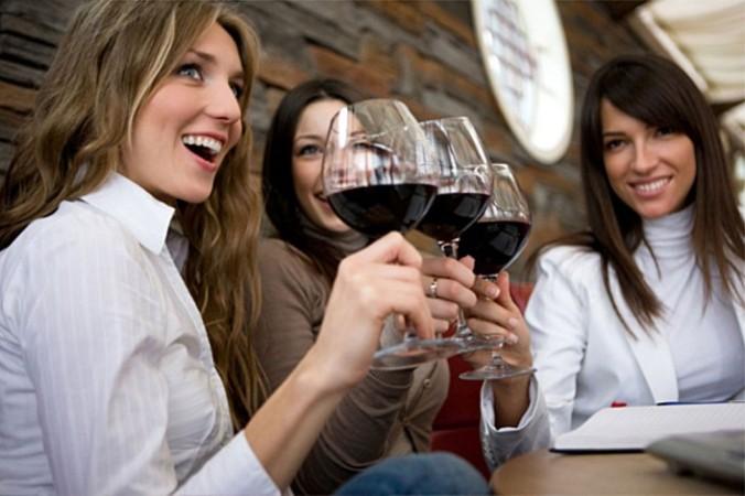 mujeres bebiendo vino